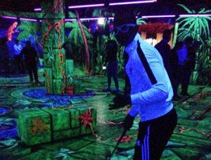 Die getUp teens beim 3D-Neon-Minigolf